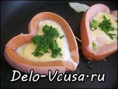 Когда яйцо почти готово, а сыр расплавился посыпать яичницу зеленью