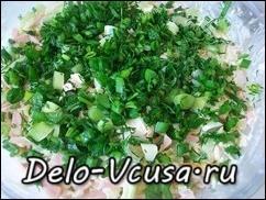 Салат аккуратно выложить на блюдо и разровнять сверху. Посыпать салат слоем зелени, имитируя полянку