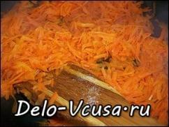 Морковку обжарить на растительном масле. Морковку посолить и слегка поперчить