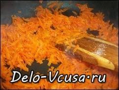 Морковь жарить на небольшом огне до готовности