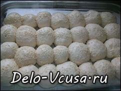 Смазываем пампушки взбитым белком и посыпаем при желании кунжутом