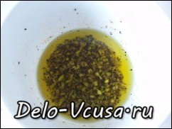 Добавить к чесноку растительное масло и воду. Лучше если масло без запаха