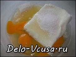 Соединить творог, яйца и сахар
