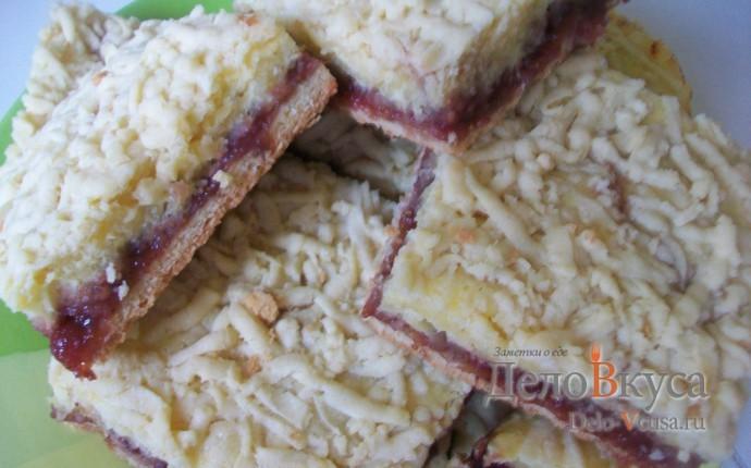 Песочный пирог с клубничным джемом и творогом