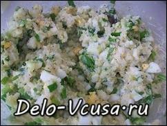 Готовим начинку из яиц, лука и риса