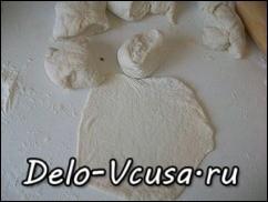 Раскатываем тесто очень в тоненькую лепешку 1-2 мм толщиной