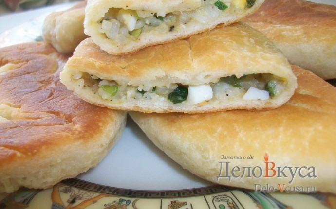 Пирожки из дрожжевого теста с яйцом, луком и рисом