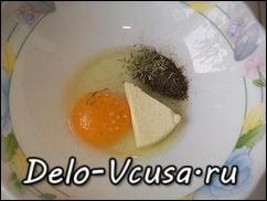 Соединяем яйцо, треугольник плавленого сыра, соль, перец, розмарин