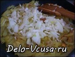 Когда картошка практически готова мы добавляем лук
