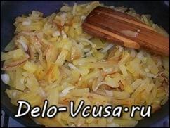 Обжариваем картошку и лук до полной готовности