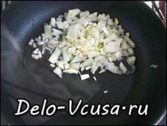 На разогретую сковородку с растительным маслом кладем лук и чеснок