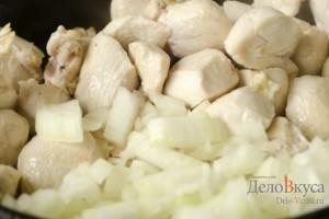 Куриное филе со сметаной: Добавить лук