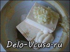 Рулет из лаваша с плавленым сыром, огурцами, чесноком и зеленью: фото к шагу 1