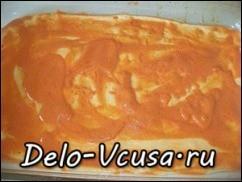 Смазать тесто соусом, старайтесь смазать всю площадь теста, тогда края будут более сочными