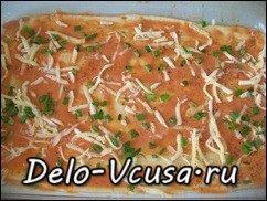 Пицца с салями, колбасой, помидорами, моцареллой, твердым сыром, охотничьими колбасками и зеленью: фото к шагу 12