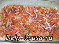 Пицца с салями, колбасой, помидорами, моцареллой, твердым сыром, охотничьими колбасками и зеленью: фото к шагу 13