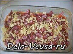 Пицца с салями, колбасой, помидорами, моцареллой, твердым сыром, охотничьими колбасками и зеленью: фото к шагу 15