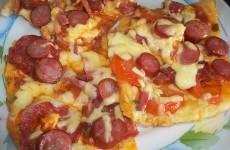пицца с салями, сыром и охотничьими колбасками