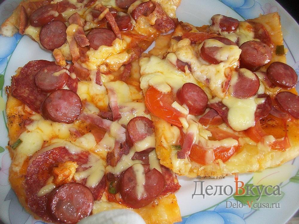 Пицца с салями, колбасой, помидорами, моцареллой, твердым сыром, охотничьими колбасками и зеленью