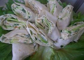 закуска из лаваша с плавленным сыром, чесноком и огурцами