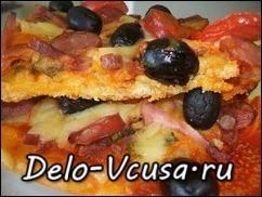 Пицца с салями, колбасой, оливками, охотничьими колбасками, моцареллой, сыром, помидорами и зеленью