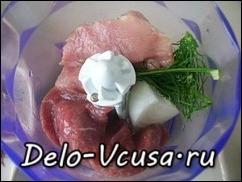 Свинину, говядину, репчатый лук и зелень перемолоть в блендере или перекрутить на мясорубке