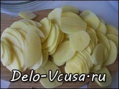 Картошку очистить и нарезать тонкими кружочками