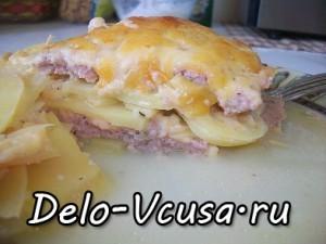 запеканка из картофеля, свинины и говядины, и твердого сыра