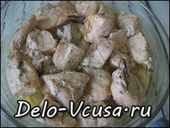 Куриное филе запекаем при 180*-190* до румяной корочки (запекать 20-30 минут), постарайтесь не передержать курицу в духовке, иначе она станет сухой