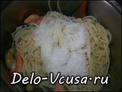 Соединить спагетти и  цуккини с креветками, добавить тертый пармезан, оливковое или сливочное масло и немного отвара от макарон