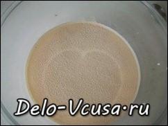 Молоко нагреть до 35*-40*, добавить в молоко дрожжи и 1 чайную ложку сахара