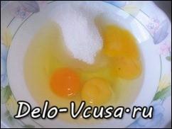 Яйца соединить с сахаром и солью