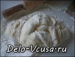 кладем тесто на посыпанную мукой поверхность и лепим пирожки, булочки или ватрушки