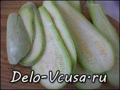 Рулетики из кабачков с плавленым сыром, чесноком и зеленью: фото к шагу 1.