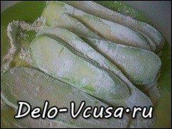 Рулетики из кабачков с плавленым сыром, чесноком и зеленью: фото к шагу 2.