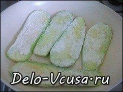 Рулетики из кабачков с плавленым сыром, чесноком и зеленью: фото к шагу 3.