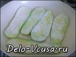 Кладем кабачки на разогретую с растительным маслом сковородку и слегка присаливаем