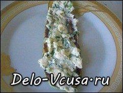 Рулетики из кабачков с плавленым сыром, чесноком и зеленью: фото к шагу 7.