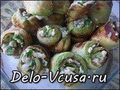 Рулетики из кабачков с плавленым сыром, чесноком и зеленью: фото к шагу 9.