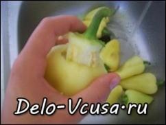 Затем осторожно вынимаем хвостик вместе с семенами из перца и ополаскиваем перец проточной водой, что-бы избавиться от оставшихся семечек