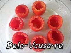 Срезать верхушку помидора и очистить от семян с помощью чайной ложки