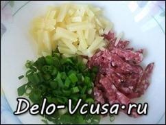 Сыр и колбасу порезать соломкой