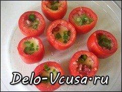 Яичница в томатах приготовленная в духовке: фото к шагу 6.