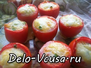 фаршированные томаты с яйцом, колбасой, зеленым луком и твердым сыром