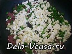 Добавить к зеленому луку и колбасе творог