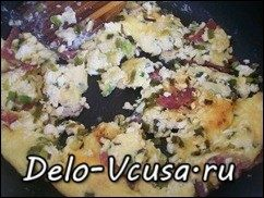 Омлет с творогом, колбасой , зеленью и сыром: фото к шагу 7.