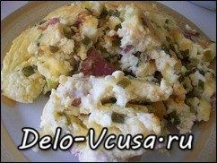 Омлет с творогом, колбасой , зеленью и сыром: фото к шагу 8.