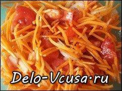 Салат из морковки, помидор и репчатого лука: фото к шагу 5