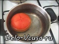 На помидоре сделать крестообразный надрез и окунуть его на несколько секунд в кипяток
