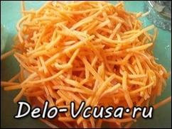 Морковку натереть на крупной терке или на терке для корейской морковки